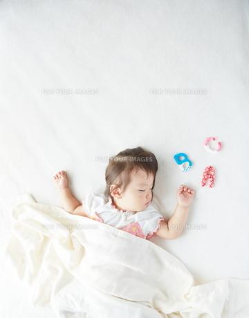 お昼寝している赤ちゃんとABCの素材 [FYI01033671]