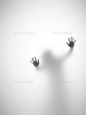 壁に両手をついている人のシルエットの素材 [FYI01033675]