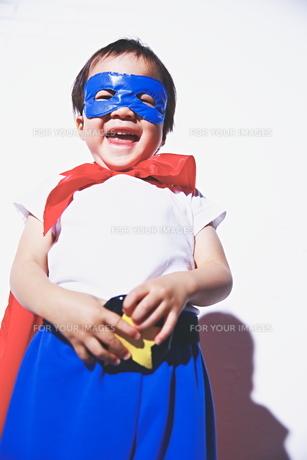 スーパーマンごっこをして楽しそうな子供の素材 [FYI01033679]
