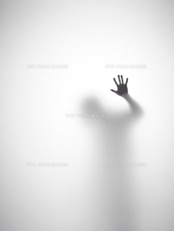 壁に片手をついている人のシルエットの素材 [FYI01033680]