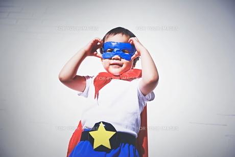 スーパーマンになりきっている男の子の素材 [FYI01033690]