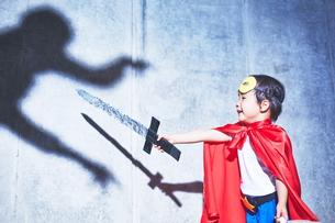 悪者と闘うちびっこスーパーマンの素材 [FYI01033691]