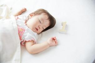 お昼寝している1歳の赤ちゃんの素材 [FYI01033696]