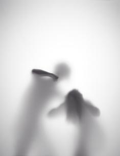 男が女性を殴ろうとしているシルエットの素材 [FYI01033697]