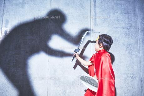 悪者と闘うちびっこスーパーマンの素材 [FYI01033698]