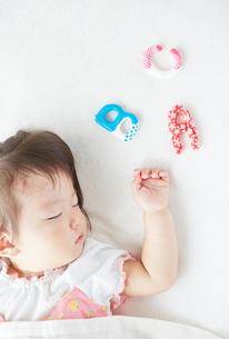 お昼寝している赤ちゃんとABCの素材 [FYI01033708]