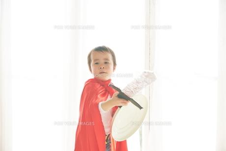 窓辺で戦っているヒーローの男の子の素材 [FYI01033711]