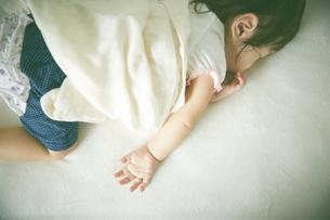 お昼寝中の赤ちゃんの素材 [FYI01033714]