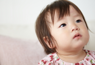 泣き止んだ赤ちゃんが何かを見つめているの素材 [FYI01033715]