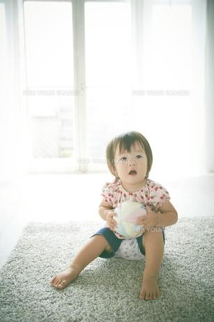 ラグの上で遊んでいる赤ちゃんの素材 [FYI01033716]