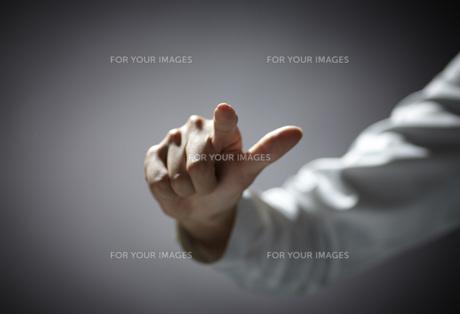 指を伸ばす女性の手の素材 [FYI01033718]