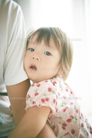 お父さんの腕につかまる赤ちゃんの素材 [FYI01033720]