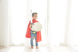 窓辺で戦っているヒーローの男の子の素材 [FYI01033726]