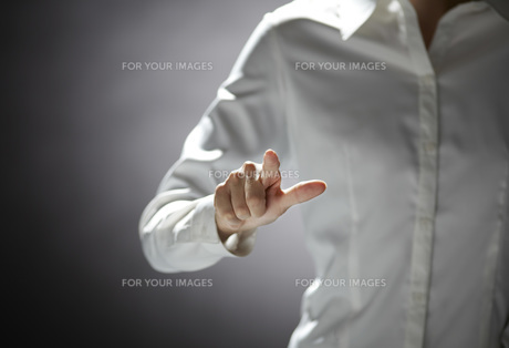 指を伸ばす女性の手の素材 [FYI01033733]