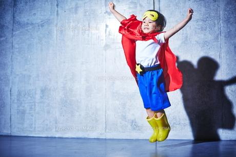ちびっこスーパーマン出動の瞬間の素材 [FYI01033737]