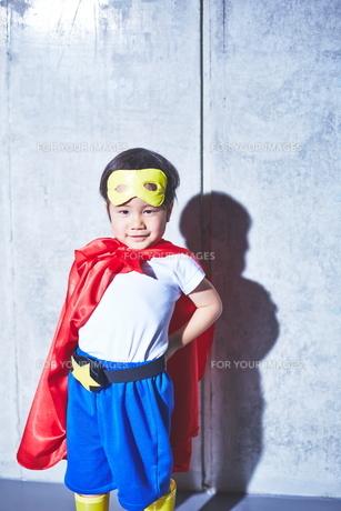 スーパーマンごっこをしている男の子の素材 [FYI01033738]