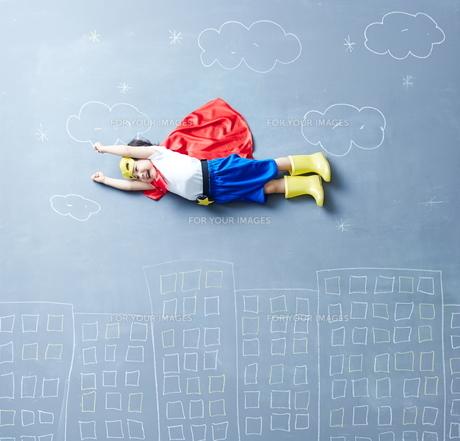 落書きの世界で空を飛ぶヒーローの男の子の素材 [FYI01033741]