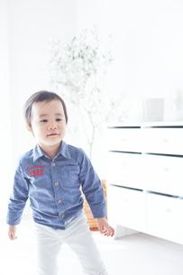 お部屋の中で遊ぶ男の子の素材 [FYI01033759]