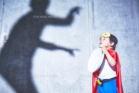 悪者と闘うちびっこスーパーマンの素材 [FYI01033768]