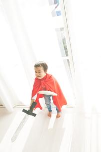 窓辺で戦っているヒーローの男の子の素材 [FYI01033769]