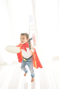 窓辺で戦っているヒーローの男の子の素材 [FYI01033782]