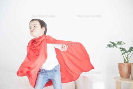 マントをつけて遊んでいる男の子の素材 [FYI01033783]