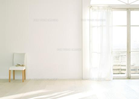 窓辺の白い壁と床に置いてある椅子の素材 [FYI01033784]