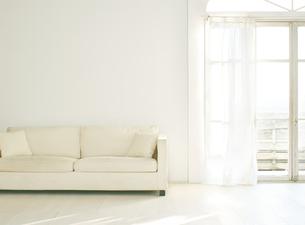 窓辺の白い壁と床に置いてあるソファーの素材 [FYI01033788]