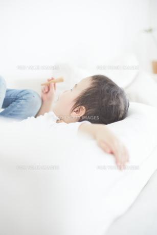 おやつを食べている男の子の素材 [FYI01033794]