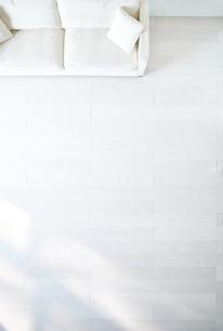 白い床のリビングにあるソファーの素材 [FYI01033802]