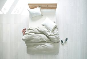 白い床の寝室にあるベットの素材 [FYI01033810]