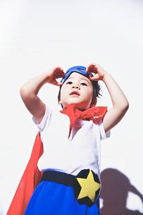 遠くを見つめるちびっこスーパーマンの素材 [FYI01033828]