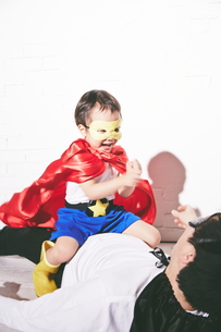悪者をやっつけているヒーローの男の子の素材 [FYI01033834]