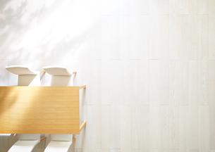 日差しが差し込むリビングにあるテーブルと椅子の素材 [FYI01033844]