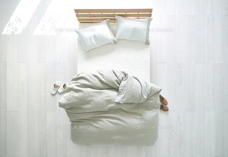 白い床の寝室にあるベットの素材 [FYI01033846]