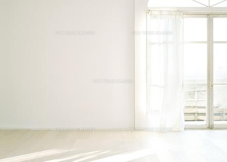 窓辺の白い壁と床の素材 [FYI01033860]