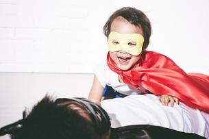 悪者をやっつけているヒーローの男の子の素材 [FYI01033889]