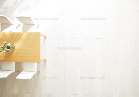 日差しが差し込むリビングにある花瓶とテーブルと椅子の素材 [FYI01033903]