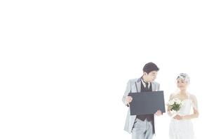 新郎新婦と黒板の素材 [FYI01033925]
