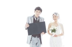 新郎新婦と黒板の素材 [FYI01033926]