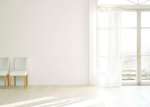 窓辺の白い壁と床に置いてある椅子二脚の素材 [FYI01033927]
