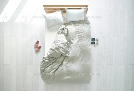 白い床の寝室にあるベットの素材 [FYI01033943]