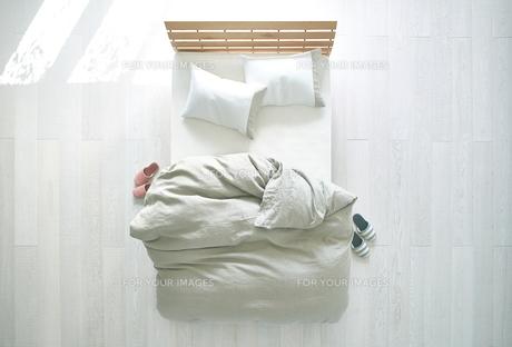 白い床の寝室にあるベットの素材 [FYI01033946]