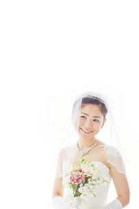 ブーケを持つ新婦の素材 [FYI01033998]