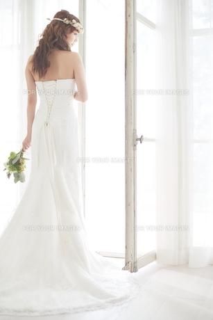 窓際にいる新婦の後ろ姿の素材 [FYI01034002]