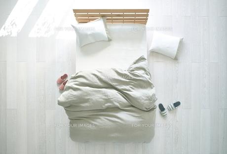 白い床の寝室にあるベットの素材 [FYI01034049]