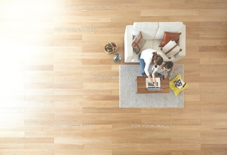 茶色の木の床とパソコンを使う女性達の素材 [FYI01034068]