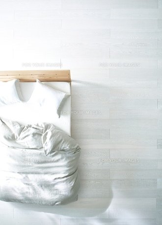 白い床の寝室にあるベットの素材 [FYI01034071]