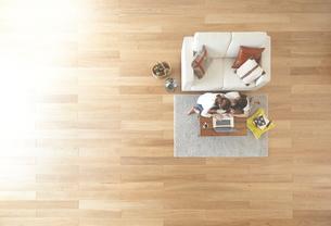 茶色の木の床とパソコンを使う女性達の素材 [FYI01034118]