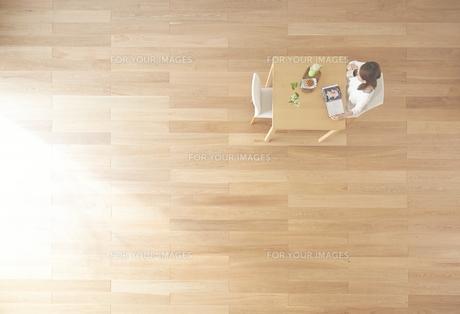 茶色の木の床と本を読む女性の素材 [FYI01034119]